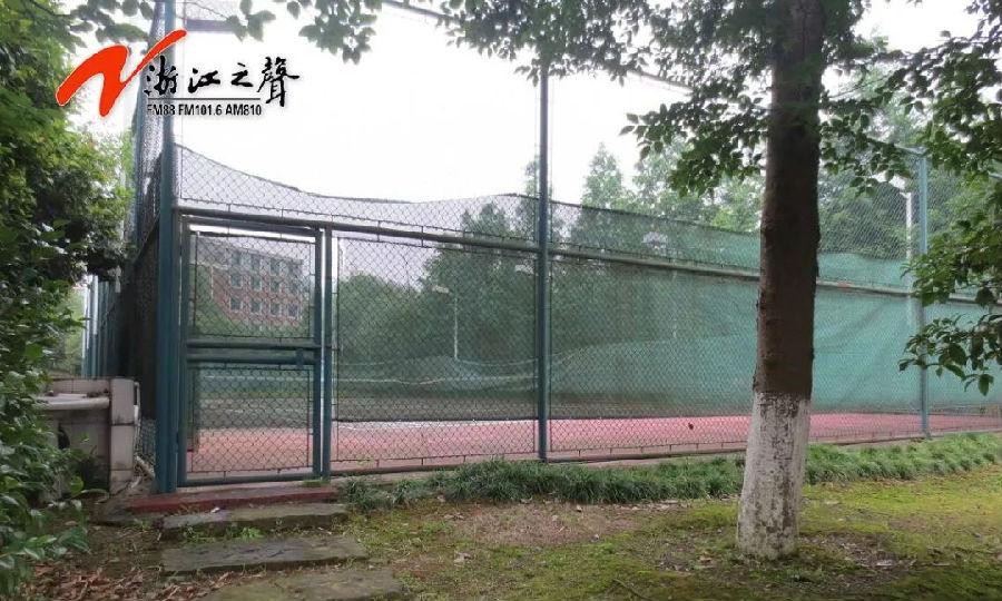 小区交付十年业主才知网球场属违建 拆违建新为何同样没有手续?