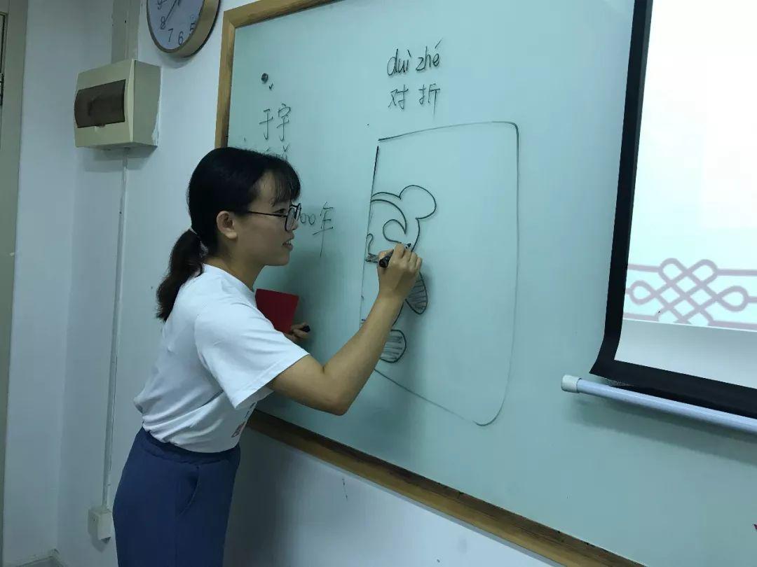 上个月我们就和于视频一起v视频了中国的剪纸.贴老师教程开关图片