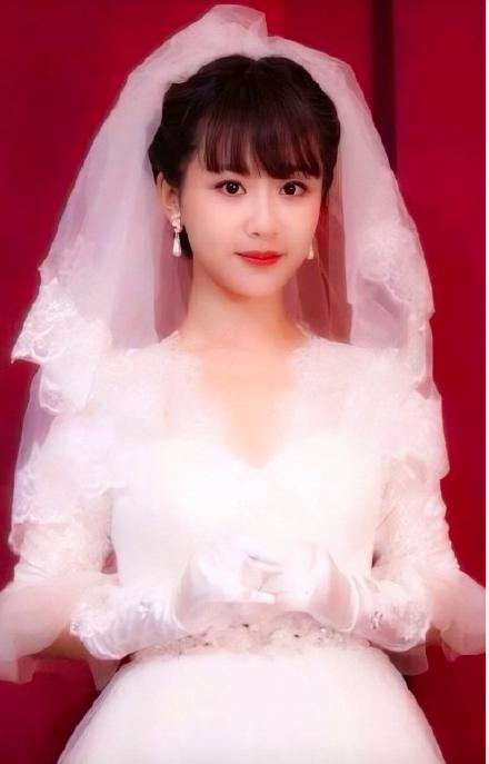 90后女星穿婚纱照的样子:杨紫甜甜的,陈都灵真的很像章泽天的说