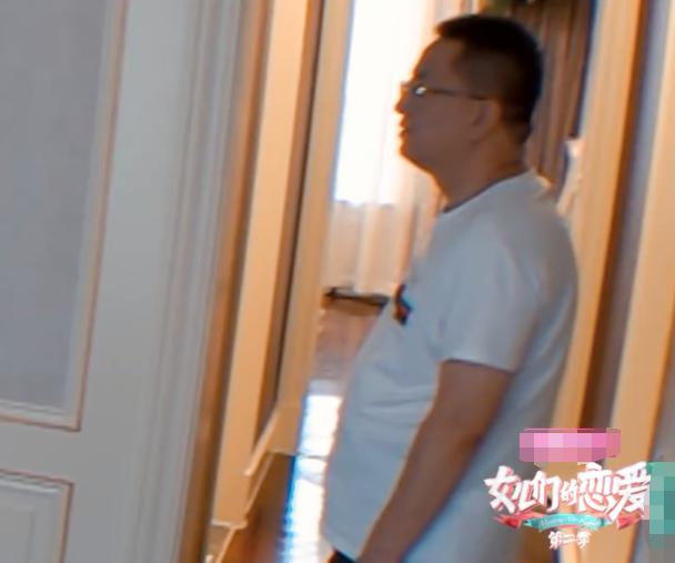 徐璐爸爸不敲门进女儿卧室,有谁注意徐璐下意识的举动?很机智