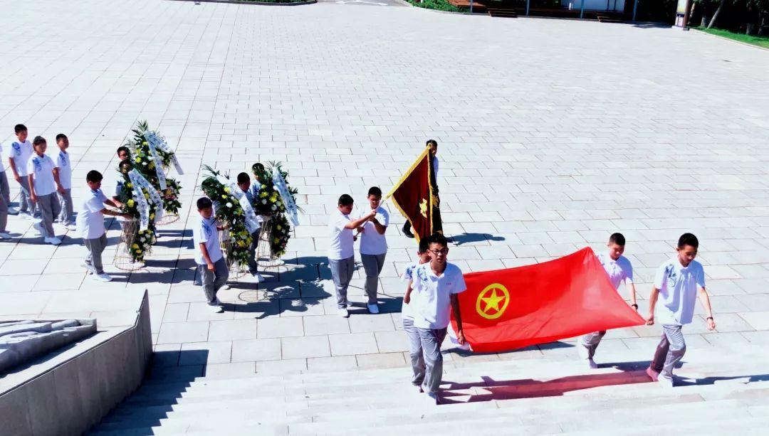 市十三中学举行纪念抗日战争胜利祭扫靖宇陵