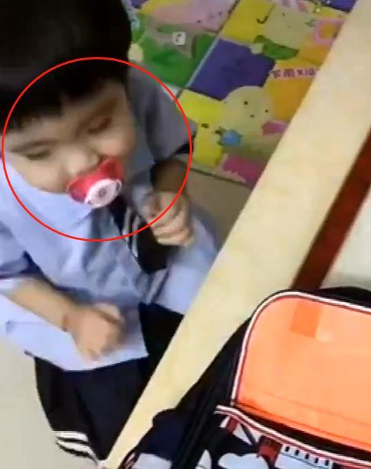 宝宝第一天上幼儿园,回到家再也憋不住了,网友直呼:太难了