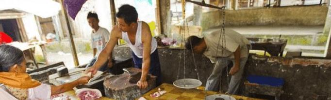 在印度买肉, 当地人会直接踩在肉上面挑肉, 中国人表示接受不了!