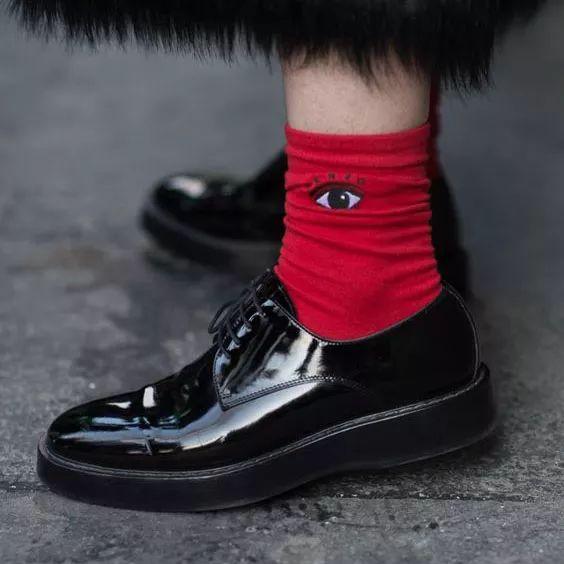 袜子搭配马丁鞋图片