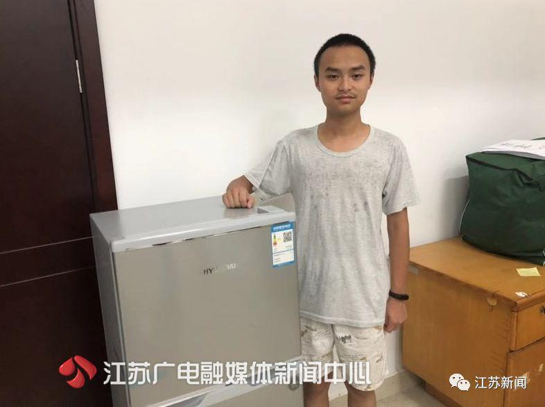 惊呆!给新生送冰箱的学校又来了,这次送的是定制单间和车!| 暖闻