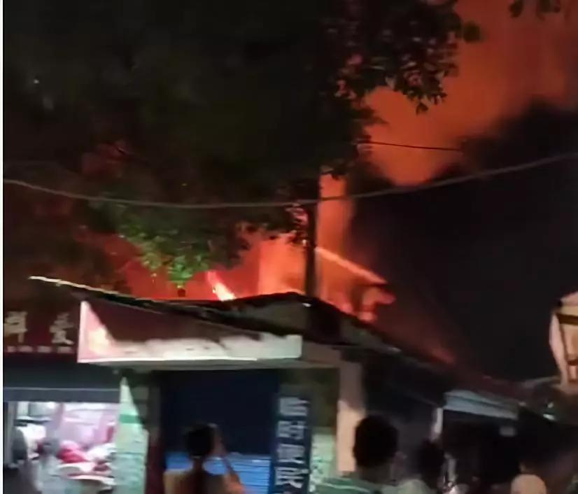 桂林屏风菜市突发火灾,火势凶猛,滚滚浓烟现场狼藉一片!