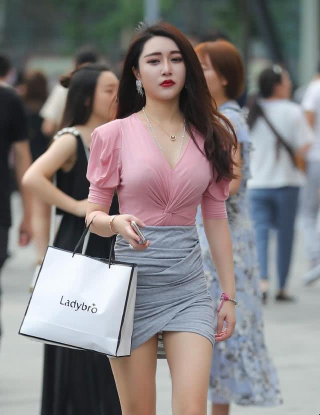 街拍:粉色的V领紧身雪纺衫,优雅而性感插图(2)