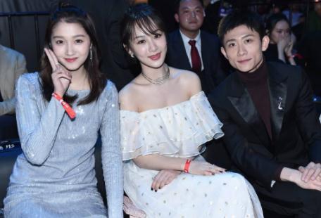 杨紫关晓彤后台闲谈被拍,看到两人的坐姿,才知明星和演员的差别