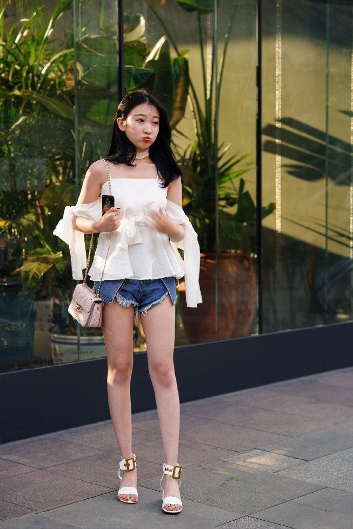 <b>个子矮的女生穿高跟鞋,只要选对了款式,穿出大长腿效果!</b>