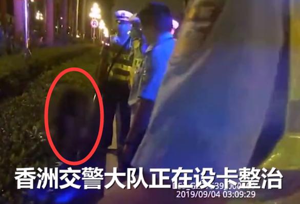 奔驰女司机踩10cm高跟鞋隧道撒泼:喝酒不就罚款吗,凭什么抓我?