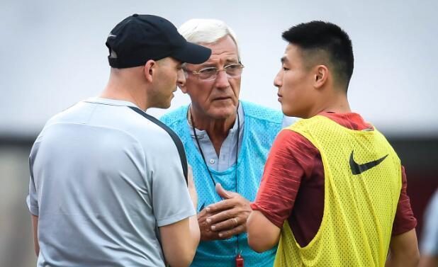 冯潇霆正式告别国家队,世预赛中谁能挑起中后卫的大梁?