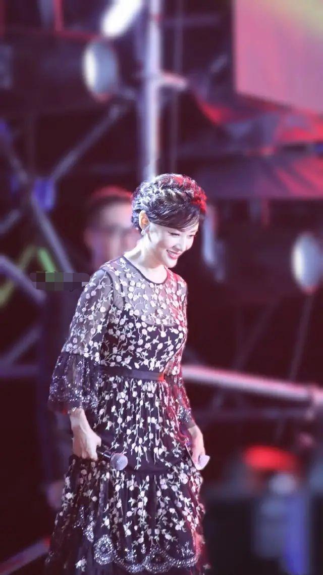 周涛公主盘发嫩的可以,笑起来明媚,大方优雅比明星更惊艳!