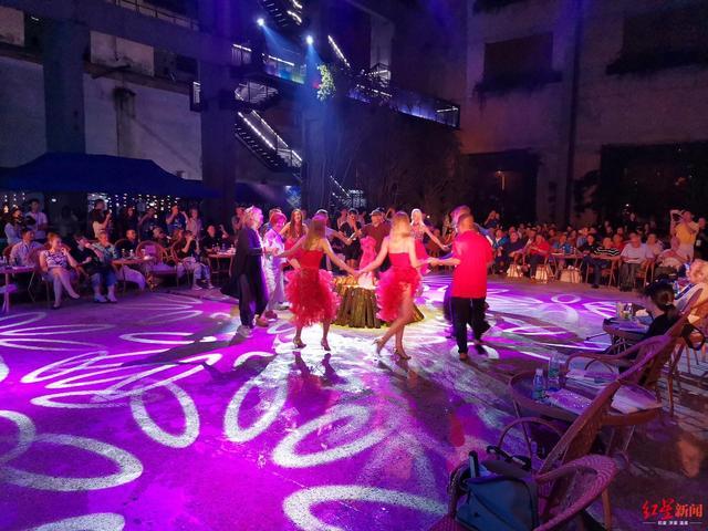 成都国际诗歌周篝火晚会举行 各国诗人朗诵诗歌欢快起舞