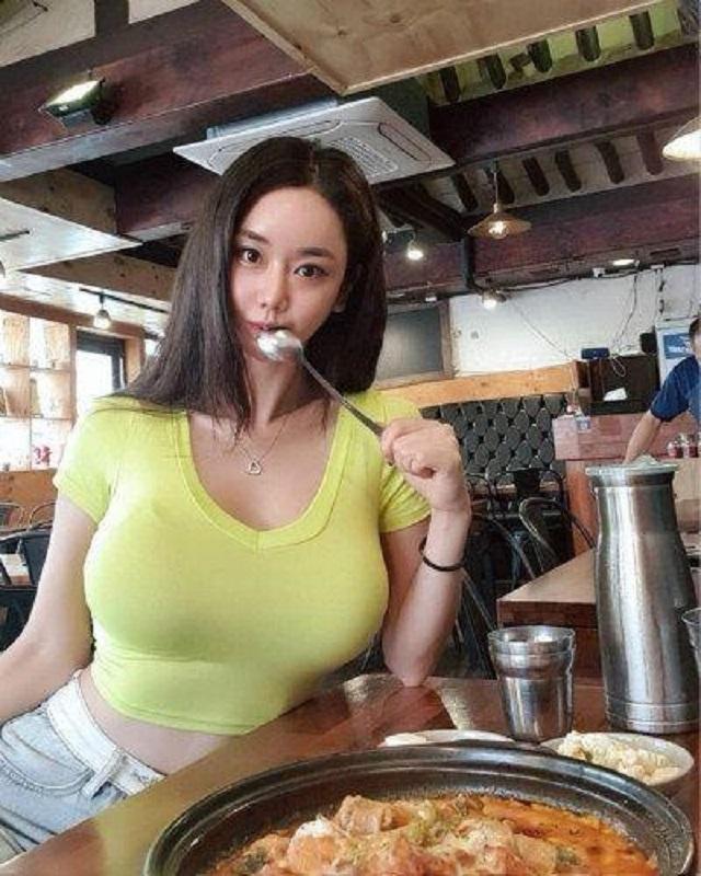 爆笑GIF图:妹子,你这样咬着汤勺看着我,我哪还有心思吃饭啊!