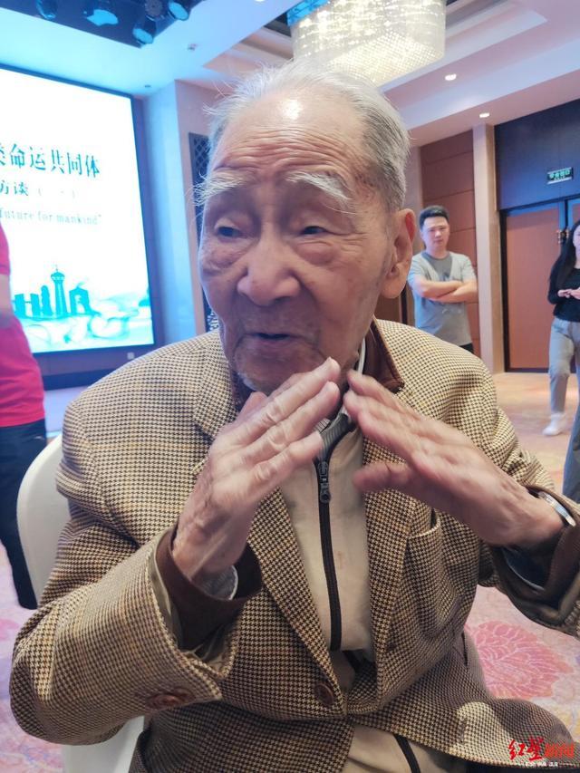 98岁翻译家许渊冲:常熬夜工作,希望将中国文化推广至全世界
