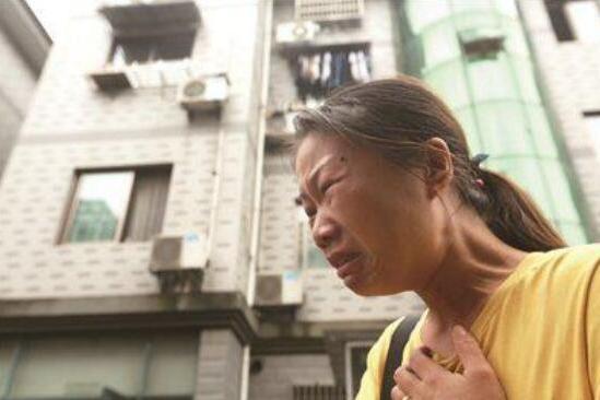男童坠楼,其母要求房东赔偿120万,网友:您咋不怪地球有引力
