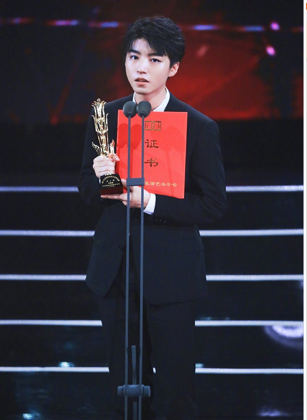 王俊凯获得金凤凰奖最佳新人奖!一身黑色西装配红领带帅气逼人!