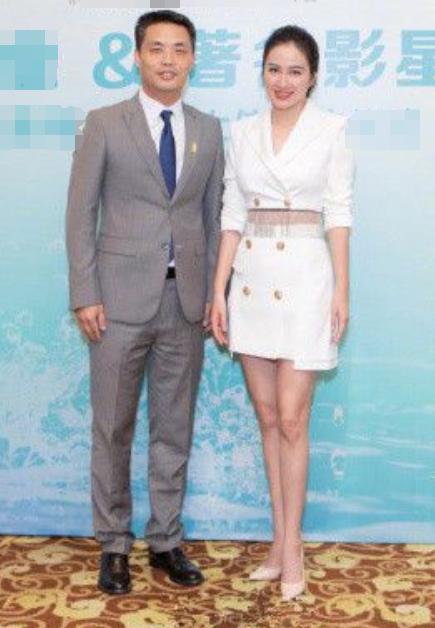 叶璇单身后美出新高度!白色西装当裙穿,39岁的年龄19岁的状态!