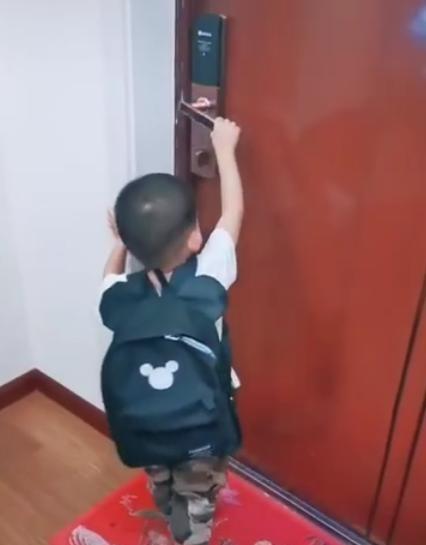 3岁萌娃上幼儿园不哭不闹,原来书包里藏个宝贝,网友笑称:人才