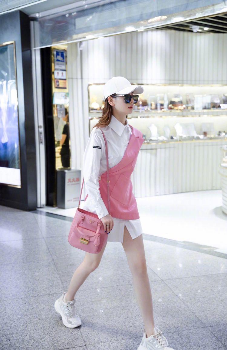 34岁戚薇又作妖,将粉色西装撕半边套在白衬衫上,意外解锁新时尚