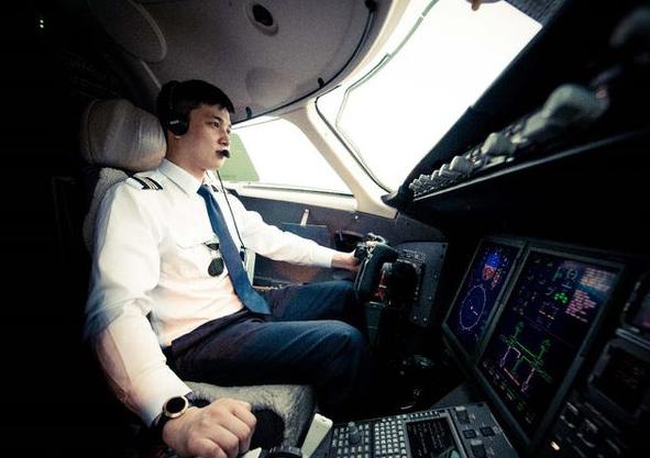 飞机机长一个月工资多少钱?看到晒出的工资单,太羡慕了
