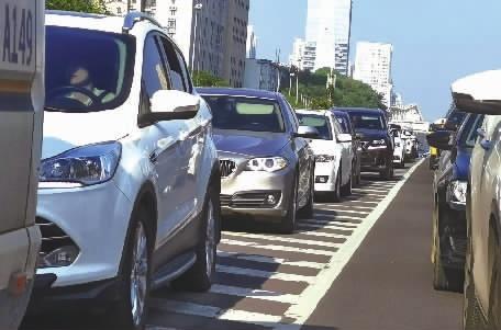 """长沙银北高架桥上不少车辆""""借道""""塞车 交警:将加强管控"""