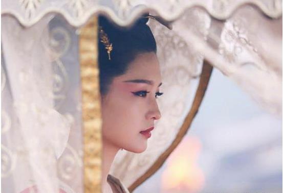 """撩""""帘子""""的美人,李沁、杨幂令人心疼,贾静雯美得移不开眼!"""
