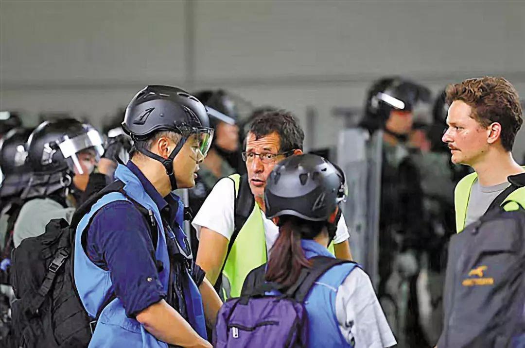 到底怎么应对帮助暴徒的假记者?港警终于和我们说了说!