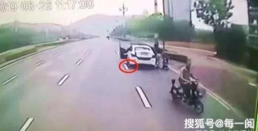 滴滴女司机路边停车被公交车挤压,留下两女一儿,到底谁过错大?