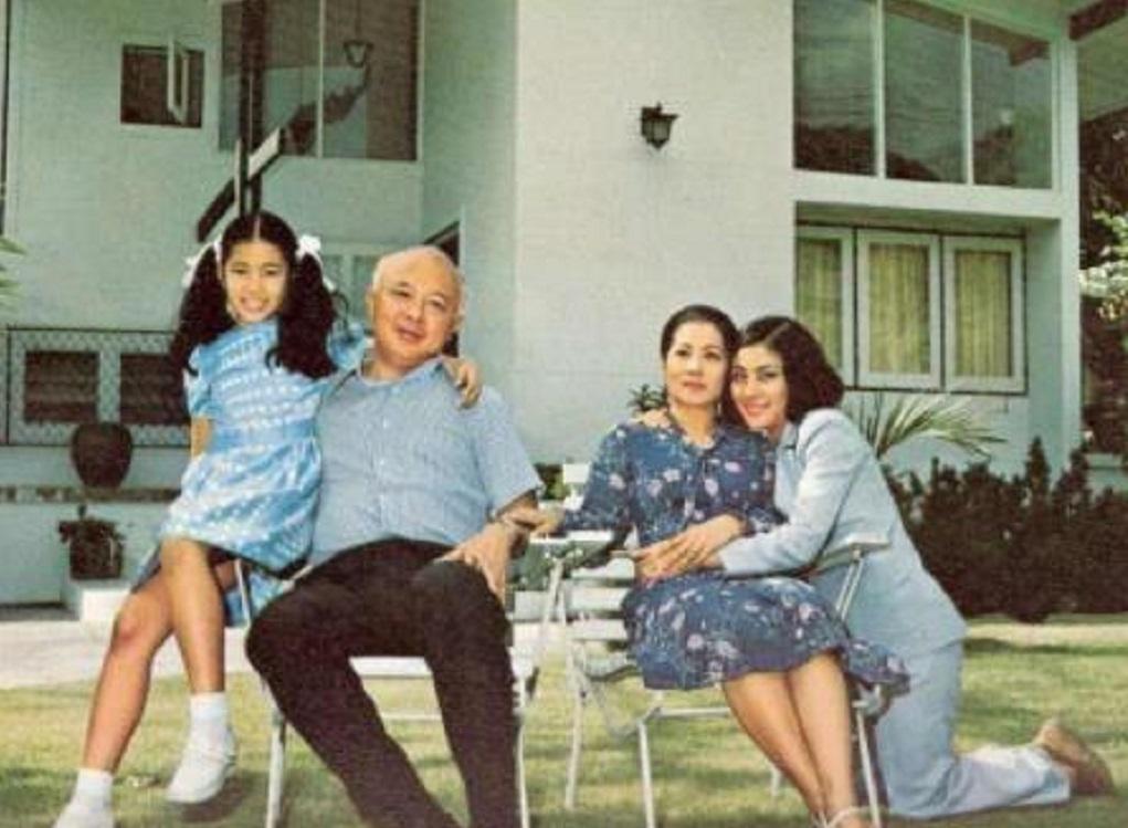<b>67岁泰王对原配也曾温柔体贴,两人亲昵共舞,虽无爱意但也尊重!</b>
