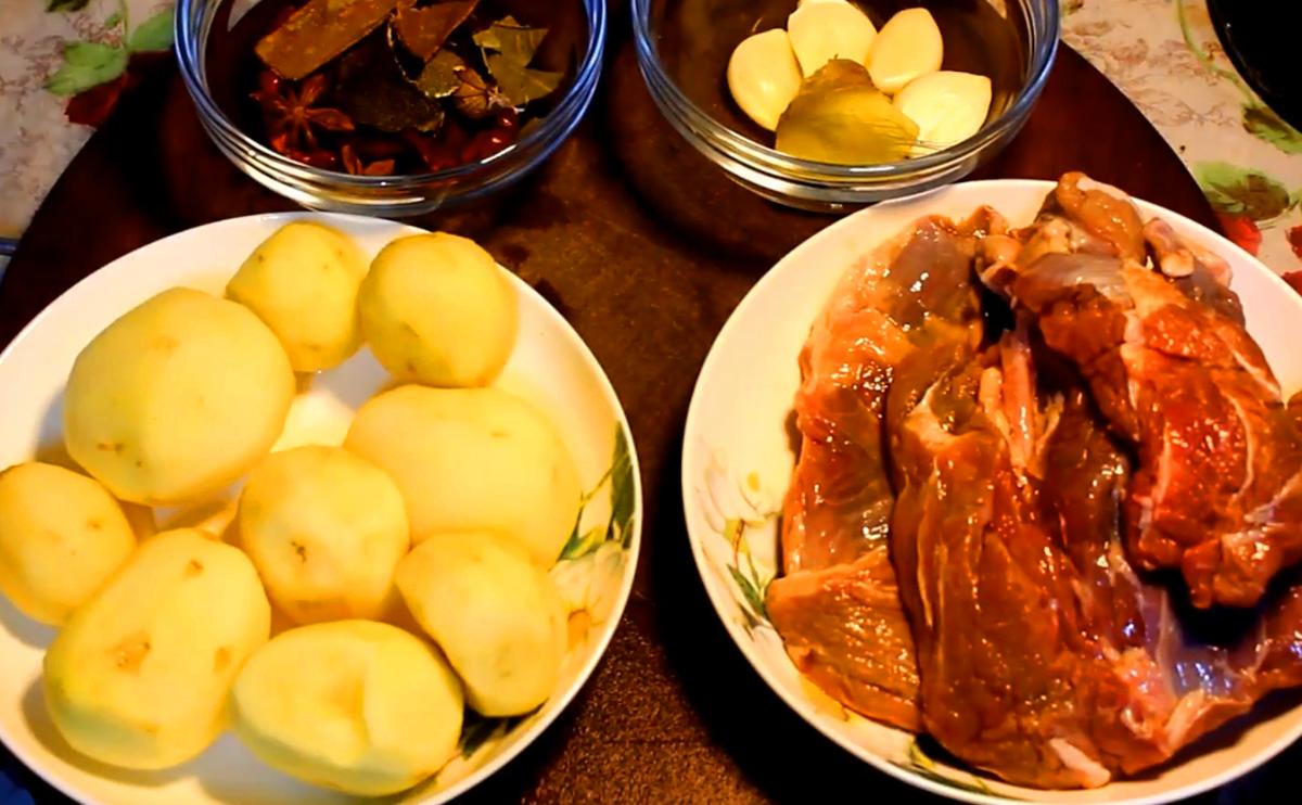 食材:牛腱子肉,土豆,香料,姜蒜,大葱,小葱.