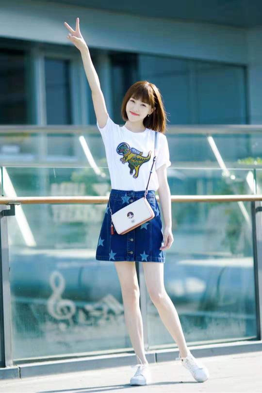 <b>唐嫣太适合短裙装,172身高真的很惊艳,红款比黑款更吸眼球</b>