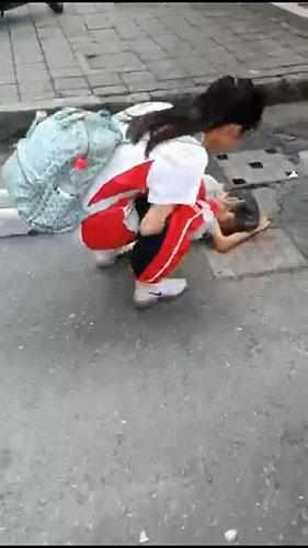杭城街头一段视频曝光!3名小女生遇上摔倒的老奶奶,这波操作太机智