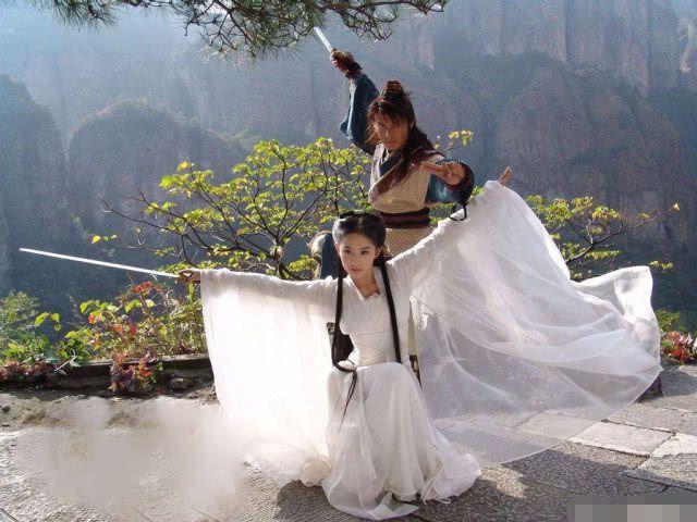 女星握剑造型盘点:刘亦菲仙气热巴可爱,杨幂冷艳杨紫刘诗诗侠气