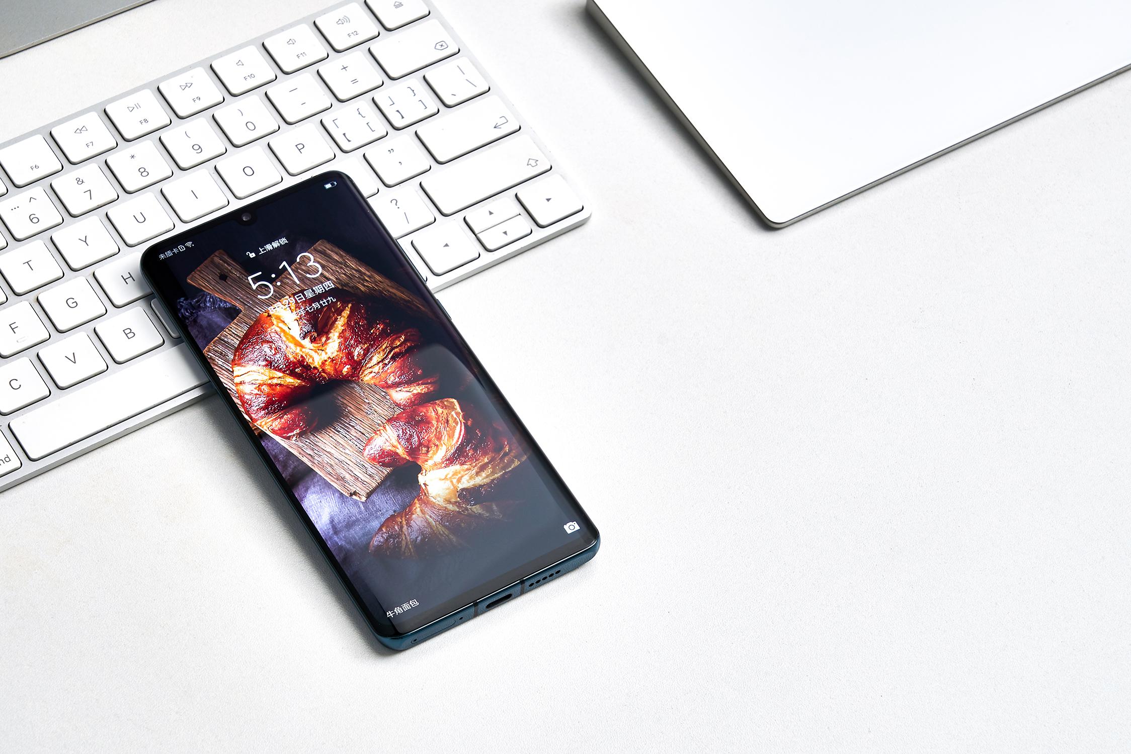 The New P30 Pro墨玉蓝图赏:拼接设计,率先支持EMUI10