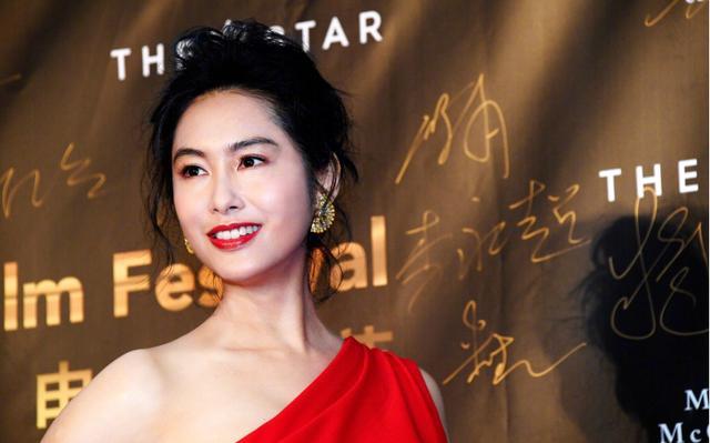 47岁朱茵现活动,身穿一袭红色斜肩连衣裙配盘发,真像贵妇般优雅