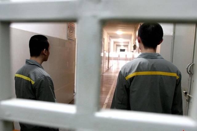 20岁男子性侵老妇判30个月监禁,入狱后又性侵女狱警和女律师