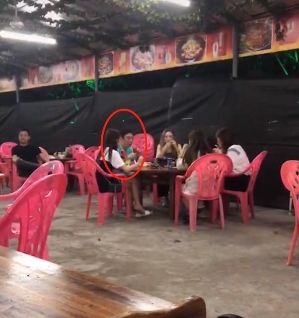 王思聪带4美女吃烧烤,看到美女坐姿后网友吐槽:估计很多人心碎!