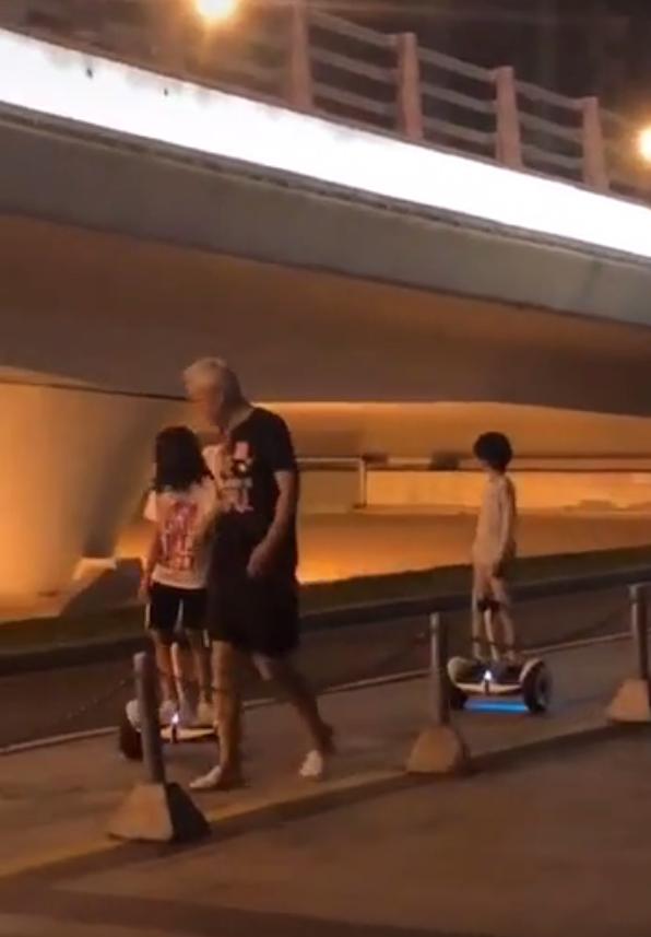 偶遇张庭一家四口,俩孩子街上玩平衡车,张庭肚子凸起怀三胎了?