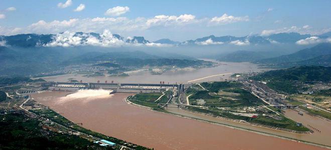 19架轰炸机攻击后,大坝瞬间开裂,4亿吨洪水涌出,3万人被淹