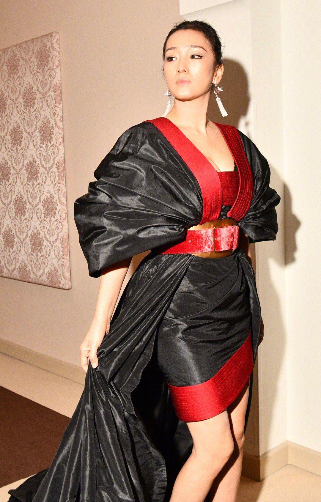巩俐红毯服像廉价垃圾袋,穿着膀大腰圆,被吐槽毫无美感!
