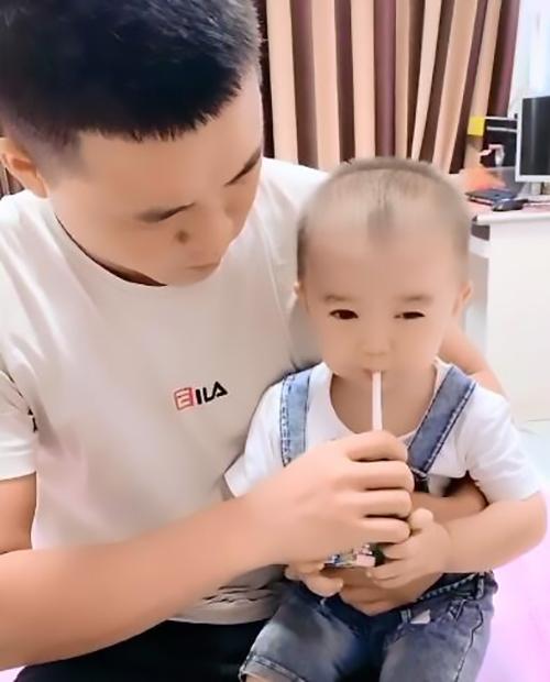 儿子感冒不吃药,爸妈合伙套路宝宝,网友:宝宝嘴里苦,但宝宝不说