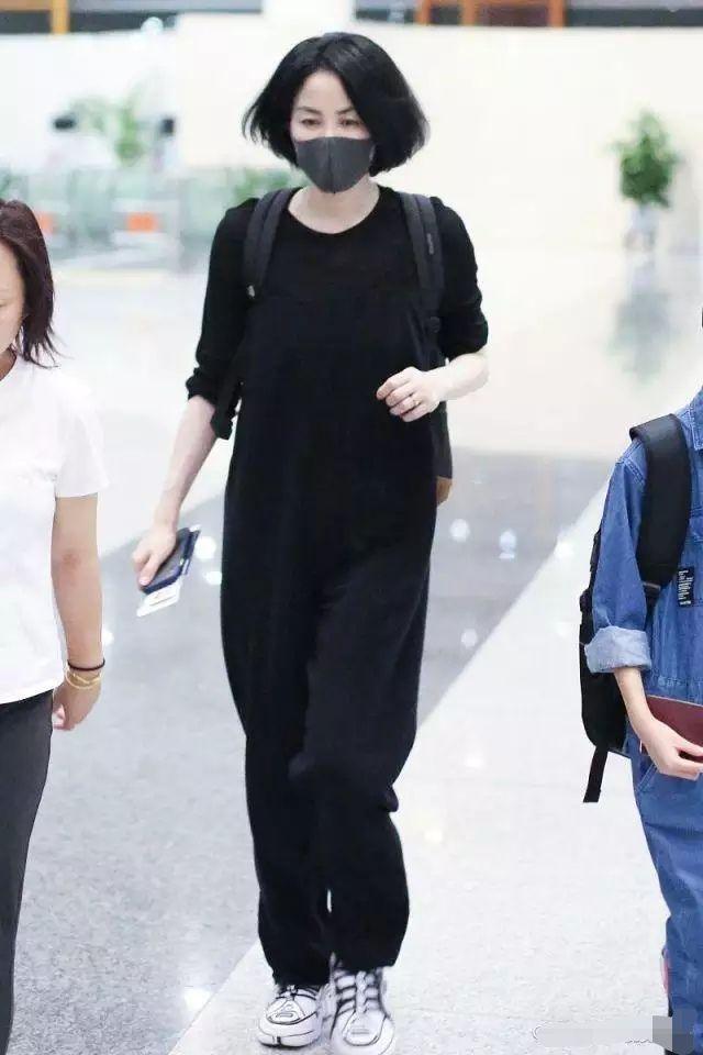 50岁的王菲还是个风一样的女子,走路都带风,精神状态犹如少女!