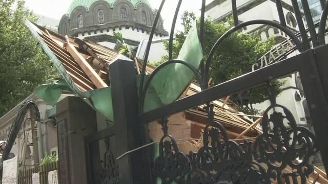 第15号台风致日本2死61伤:近百万户停电 电线杆东倒西歪