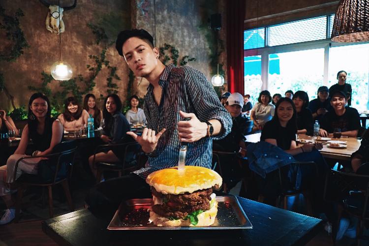 R&B说唱新人J.Sheon开粉丝派对,做30人份超大型汉堡