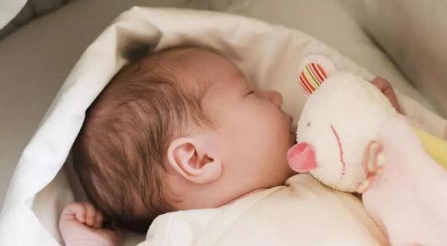 「孕婴知识」晚上睡觉的时候,能不能给宝宝开灯睡觉?
