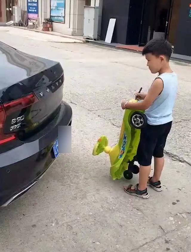 原创            儿子嫌自己的小车低端,照着爸爸的汽车画车标,网友:国产变进口
