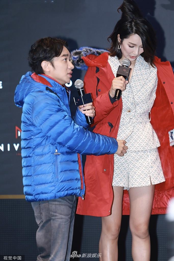 王祖蓝夫妇互相帮忙试穿新衣 李亚男深情凝视老公爱意浓