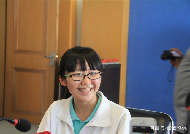 """她来自普通班,却逆袭成为""""黑马"""",高考成绩721分成高考状元"""