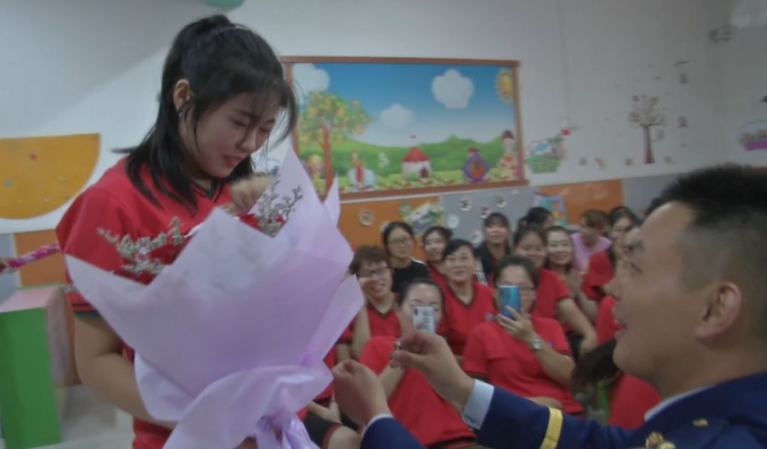 蓝朋友千里求婚,为女友送上最浪漫的教师节礼物!